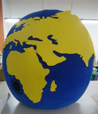 Lato 2021, czyli idealny strój reklamowy w czasach pandemii. Globus